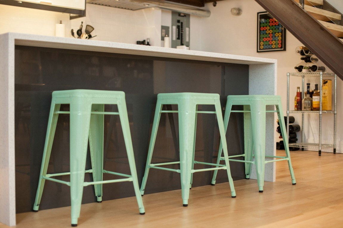 Dise o ecl ctico para lofts el blog de sillas muebles el for Taburete escalera cocina